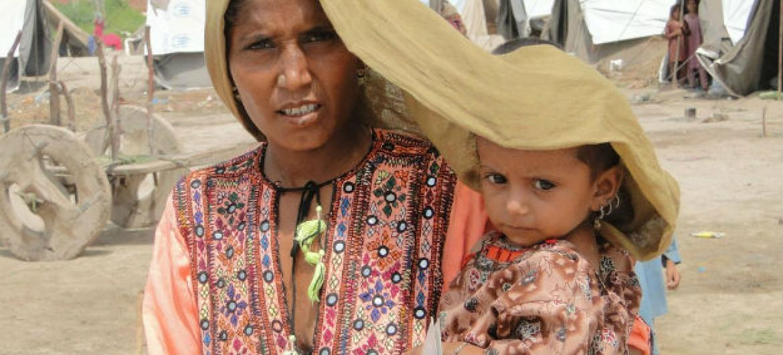 Mãe e filha se protegem do sol no Paquistão. Foto: Pnud/Hira Hashmey