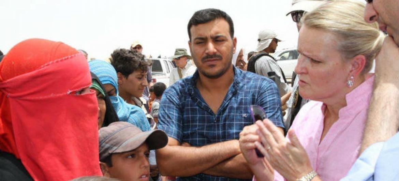 A coordenadora humanitária da ONU no Iraque, Lise Grande (à dir.), em conversa com refugiados vindos do Iraque. Foto: Ocha