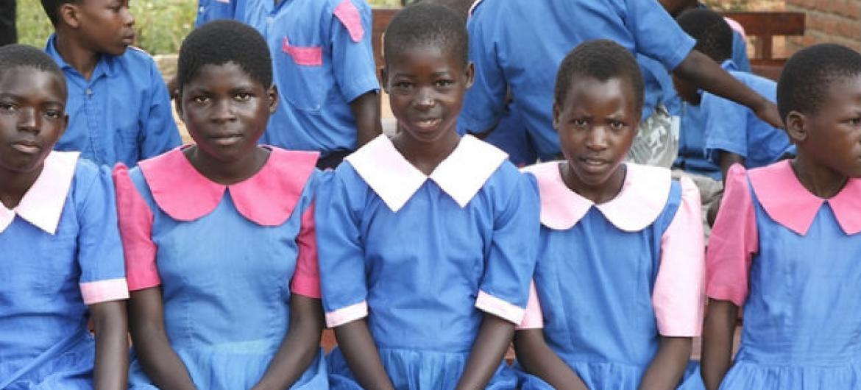Meninas em escola no Malaui. Foto: ONU/Evan Schneider