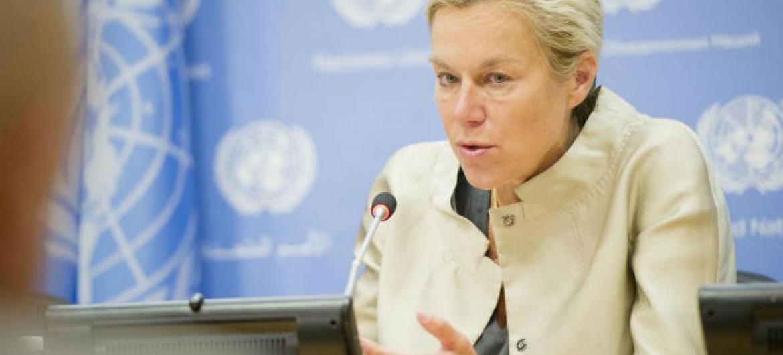 Sigrid Kaag fala com jornalistas na sede da ONU. Foto: ONU/Rick Bajornas