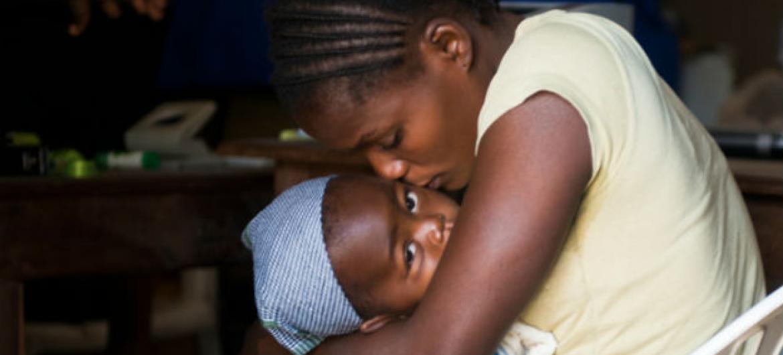 Justine, 22, deixou o Sudão do Sul com suas duas filhas. Elas estão refugiadas na República Democrática do Congo. Foto: Acnur/Collins Delfosse