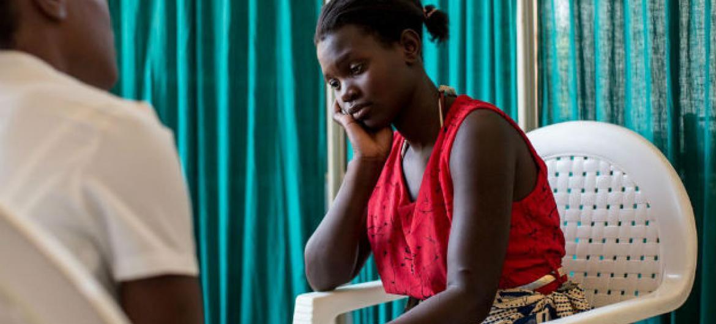 A jovem Martha, que nasceu com HIV, descobriu que seu filho Rahim Idriss nasceu livre do vírus. Foto: Unicef/HIVA201500101/Schermbrucker