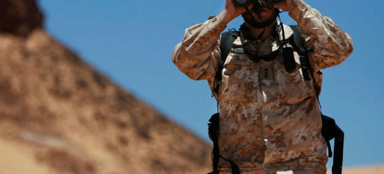Soldado da Minurso monitora o cessar-fogo na região do Saara Ocidental. Foto ONU/Martine Perret (arquivo)