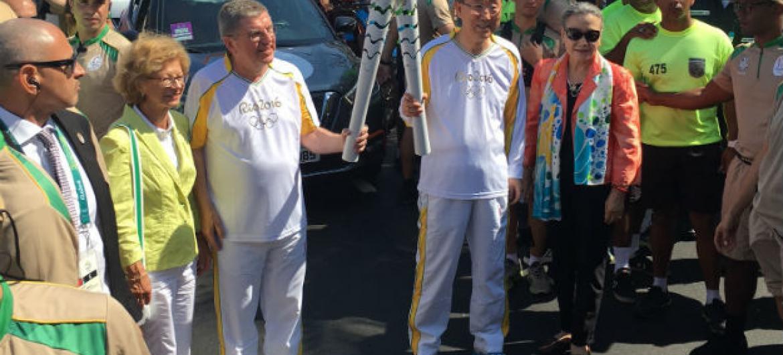 Ban Ki-moon carrega tocha olímpica no Rio de Janeiro com o presidente do Comitê Olímpico Internacional, COI, Thomas Bach.Foto: ONU/Stephane Dujarric