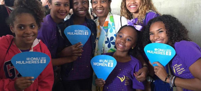 A diretora executiva da ONU Mulheres, Phumzile Mlambo-Ngcuka, com as participantes da iniciativa Uma Vitória Leva à Outra. Foto: ONU Mulheres/Isabel Clavelin