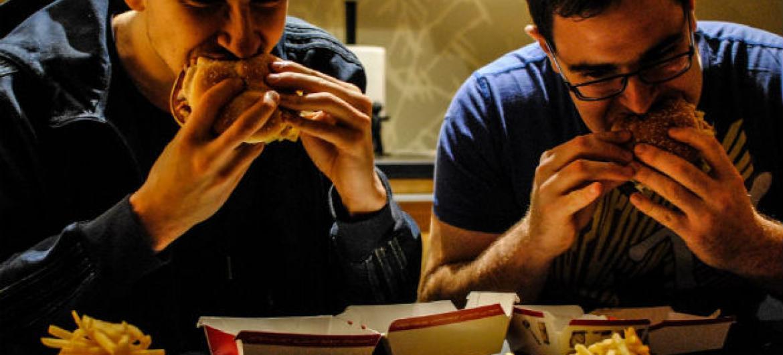 """Especialistas da ONU querem impedir o uso dos Jogos Olímpicos em comerciais e outras atividades de promoção que incentivem o consumo de """"junk food"""" e refrigerantes.Foto: OMS/N. Neubauer"""