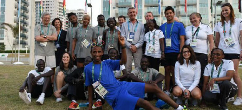 O chefe do Agência da ONU para Refugiados, Filippo Grandi, com a Equipe Olímpica de Refugiados na Vila Olímpica. Foto: Acnur/Benjamin Loyseau