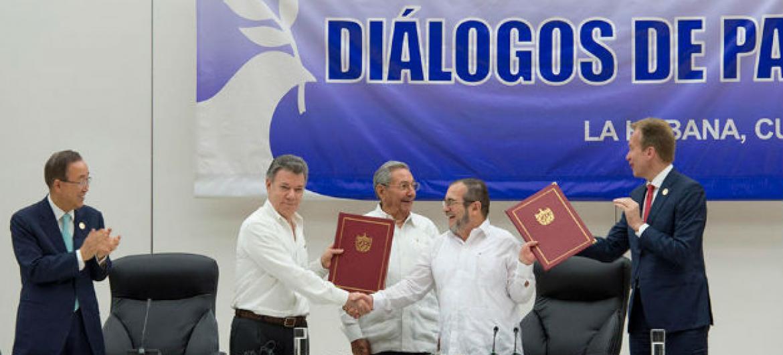 Secretário-geral da ONU (à esq.) participa de cerimônia para o acordo de cessar-fogo da Colômbia em Havana. Foto: ONU/Eskinder Debebe
