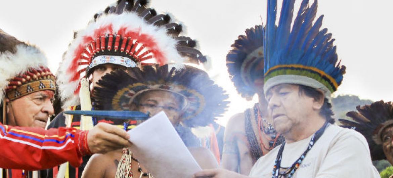 Marcos Terena (à dir.). Foto: ONU/Nicole Algranti (arquivo)