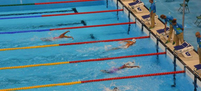 A nadadora síria Yusra Mardini chega à frente de suas competidoras na prova de 100 metros borboleta. Foto: Acnur/ Miguel Pachioni