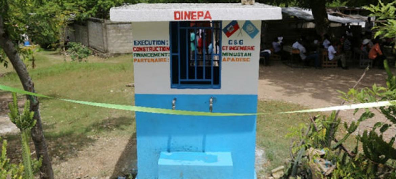 Um dos sete pontos de distribuição de água para residentes de Madame Cyr, no Haiti. Foto: Minustah/Frederic Fath
