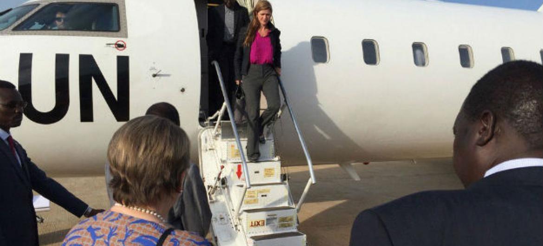 Embaixadores Samantha Power, dos Estados Unidos, e Fodé Seck, do Senegal, desembarcam em Juba, no Sudão do Sul. Foto: Unmiss