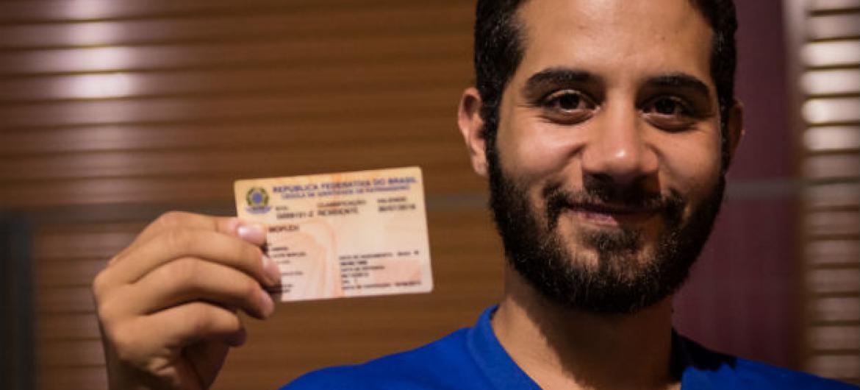 Mjed Mojleh, refugiado sírio no Brasil, com sua carteira de identidade para estrangeiro. Foto: Thomaz Napoleão.