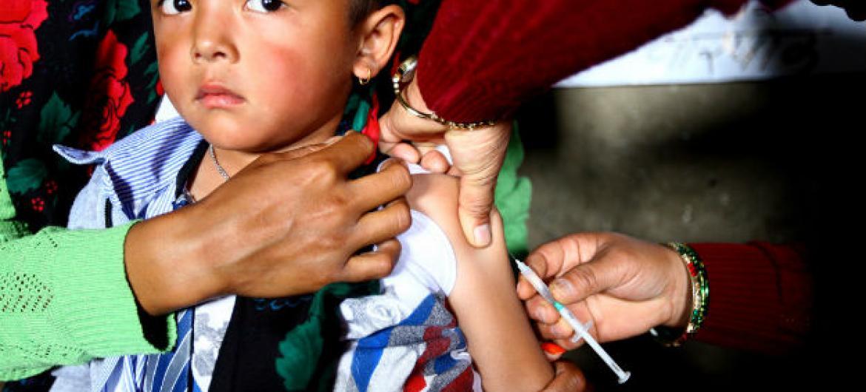 Menino no Nepal recebe vacina contra sarampo. Foto: Unicef/Kiran Panday
