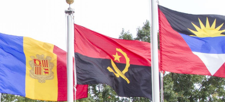 Bandeira de Angola (ao centro). Foto: ONU/Loey Felipe