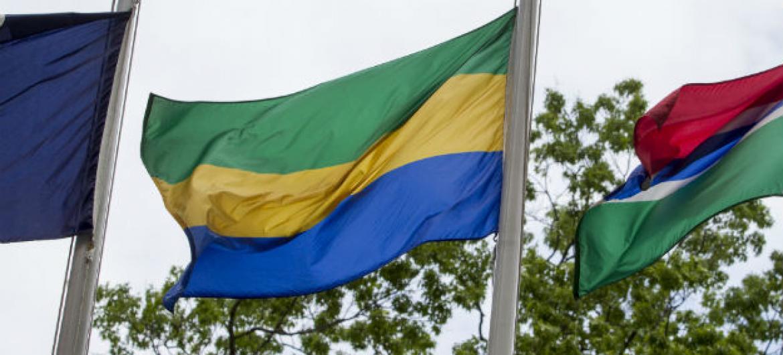 Bandeira do Gabão (ao centro). Foto: ONU/Loey Felipe