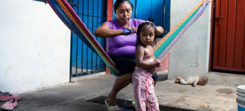 Mãe e filha que deixaram El Salvador para viver no México. Foto: Acnur/M.Redondo (arquivo)
