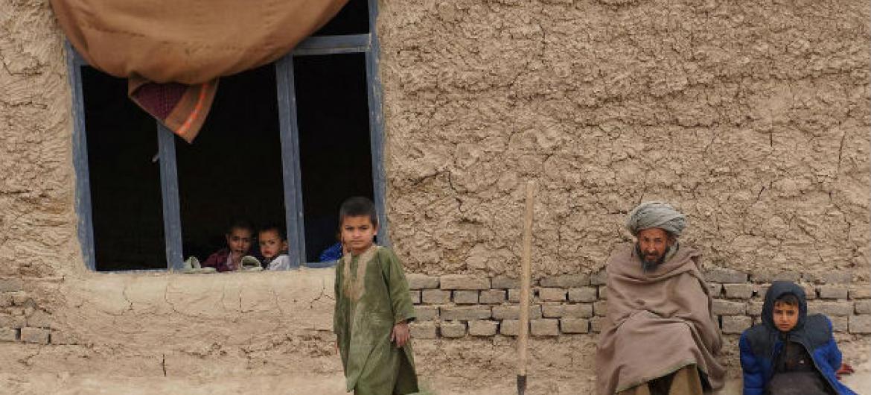 Família na província de Faryab, no Afeganistão. Foto: Acnur/S. Sisomsack