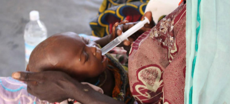 Criança severamente desnutrida recebe tratamento em clínica em Banki, no nordeste da Nigéria. Foto: Ocha/O.Fagan