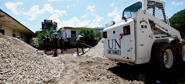 Soldados da Minustah trabalham na construção de poços artesianos no vilarejo de Pilate. Foto: Minustah