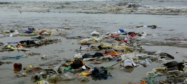 O governo timorense está a estimular o envolvimento de jovens em ações empreendedoras para reaproveitar o lixo do mar criando empregos e fontes de rendimento. Foto: Pnuma