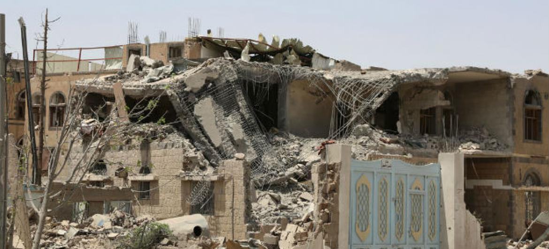 Casas destruídas por ataques aéreos na capital do Iêmen, Sanaa, em julho de 2015. Foto: Ocha/ Charlotte Cans (arquivo)