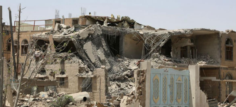 Casas destruídas por ataques aéreos na capital do Iêmen, Sanaa, em julho em 2015. Foto: Ocha/ Charlotte Cans