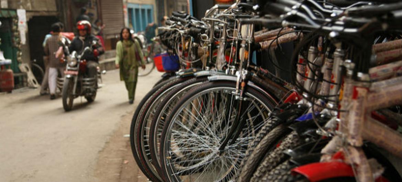 Estacionamento de bicicletas em Katmandu, no Nepal. Foto: Banco Mundial/Simone D. McCourtie