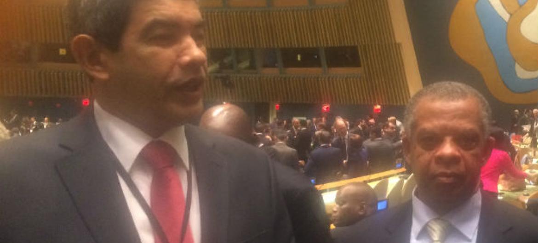 Os embaixadores Fernando Wahnon (à esq,) e Carlos Agostinho das Neves. Foto: Rádio ONU