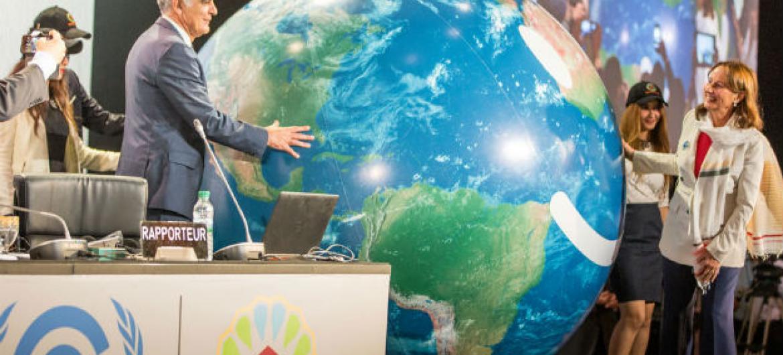 Presidente da COP22 e ministro das Relações Exteriores do Marrocos, Salaheddine Mezouar (à esq.), com o presidente da COP 21 e ministro do Meio Ambiente da França encarregado das relações internacionais relacionadas ao clima, Ségolène Royal, na abertura d