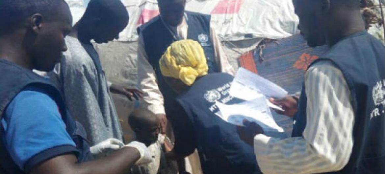 OMS e parceiros ajudaram a vacinar mais de 10 mil crianças contra o sarampo em dois dias em campos para deslocados internos no estado de Borno, na Nigéria, afetado por conflito. Foto: OMS/P. Ajello