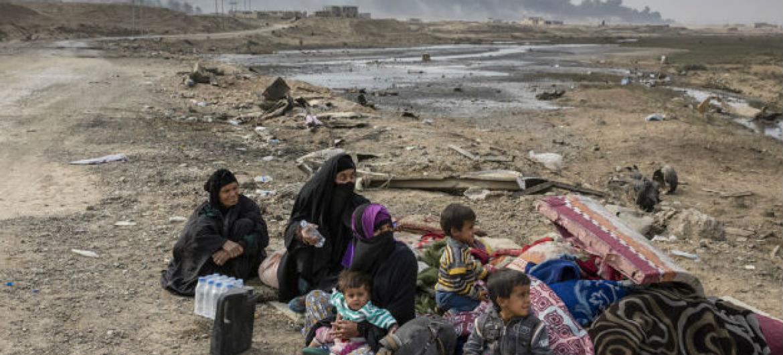 Família deslocada pelos combates no vilarejo de Shora, a 25 quilômetros de Mosul. Foto: Acnur/Ivor Prickett