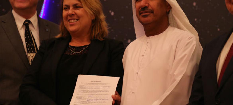 Cerimônia de encerramento do Fórum Global Espacial em Dubai. Da esq. para dir. estão Michael Simpson, diretor-executivo da Fundação Mundial de Segurança; Simonetta Di Pippo, diretora Unoosa e Mohammed Nasser Al-AHBABI, da Agência Espacial dos Emirados Ára