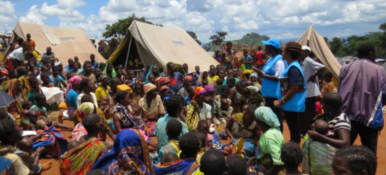 Funcionários do Acnur com refugiados moçambicanos no Malaui. Foto: Acnur/V. Selin