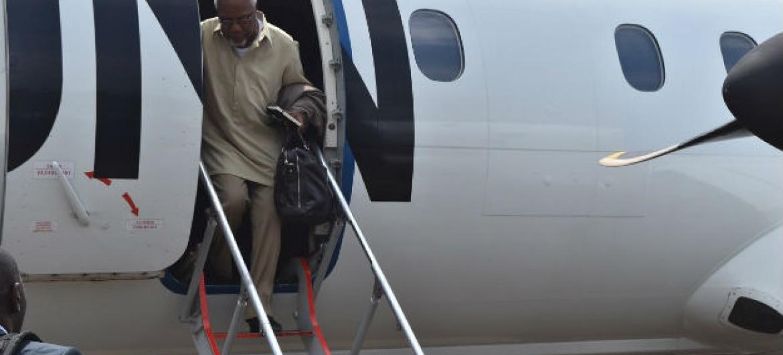 Delegação do Conselho de Segurança chega a Beni, na República Democrática do Congo. Embaixador de Angola, Ismael Martins, deixa o avião. Foto: ONU/MONUSCO