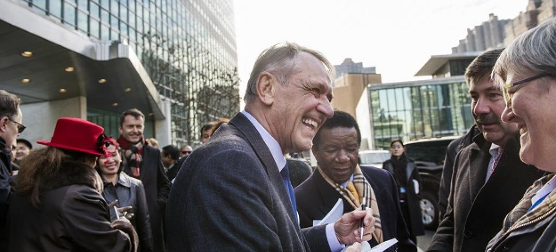 Jan Eliasson com funcionários da organização. Foto: ONU/Amanda Voisard