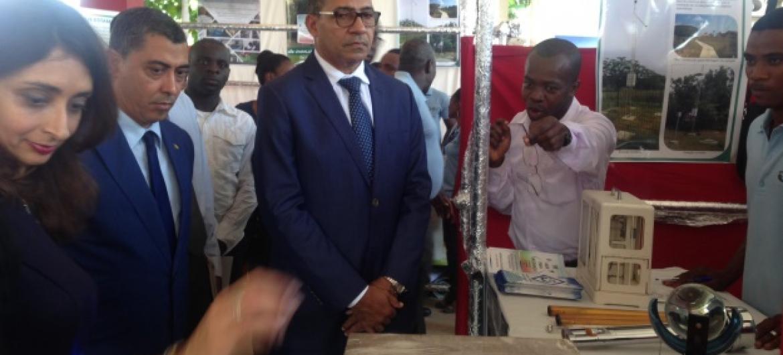 A representante do Pnud em São Tomé e Príncipe, Zaira Virane, visita a feira no grupo liderado pelo ministro de Infraestruturas e Recursos Naturais e Meio Ambiente do país, Carlos Vila Nova. Foto: Pnud São Tomé e Príncipe.