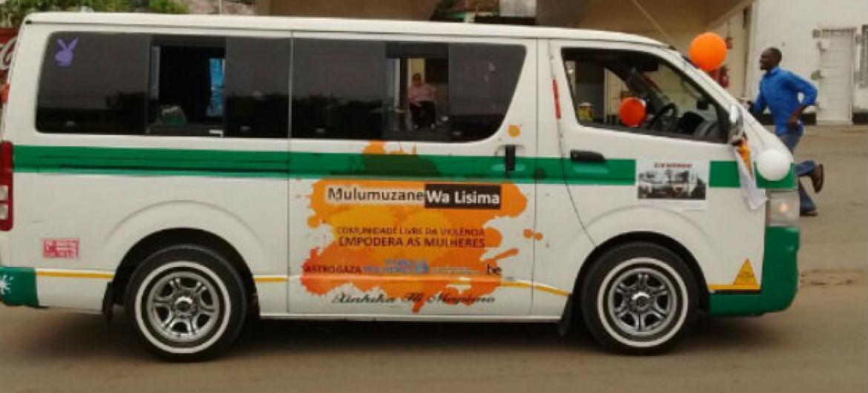 Coluna de chapas, vans que fazem transporte público, foi uma das ações da ONU Mulheres no âmbito dos 16 dias de ativismo contra violência a mulheres e raparigas em Moçambique. Foto: ONU Mulheres Moçambique.