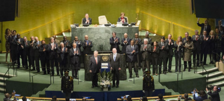 À esquerda do pódium da Assembleia Geral, António Guterres é cercado por líderes internacionais na Assembleia Geral. Foto: ONU/Rick Bajornas