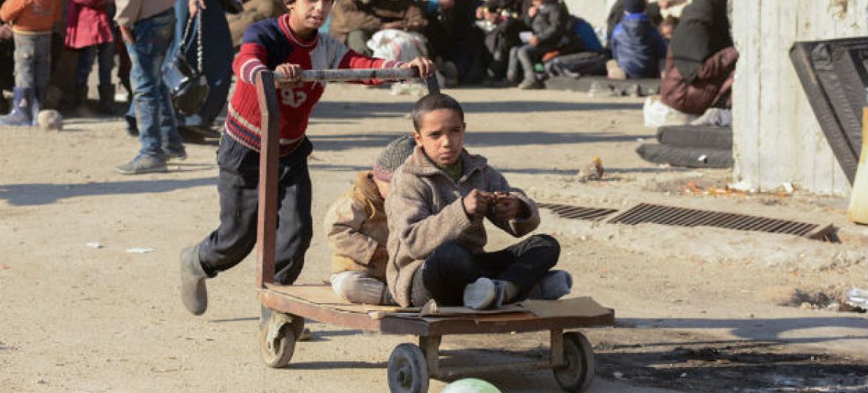 Crianças brincam em um abrigo temporário em Alepo, na Síria. Foto: Unicef/Rzehak