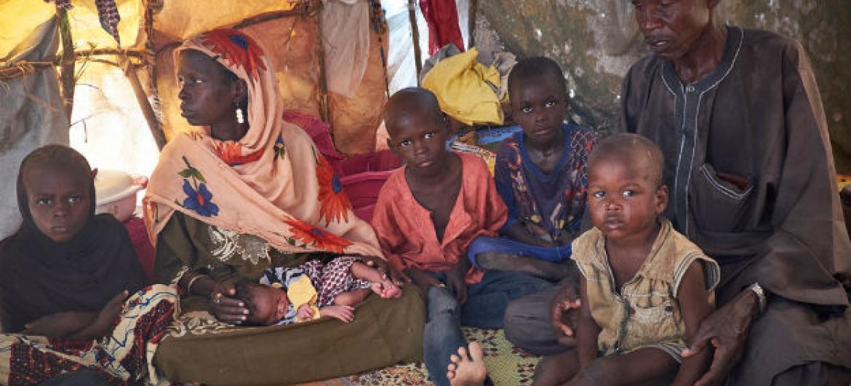 Família deslocada da Nigéria pelo Boko Haram em abrigo para civis deslocados no Níger. Foto: Unicef/Sam Phelps (arquivo)