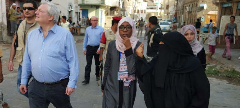 Stephen O'Brien, subsecretário-geral da ONU para Assuntos Humanitários, visita famílias deslocadas em Áden, no Iêmen. Foto: Ocha Iêmen