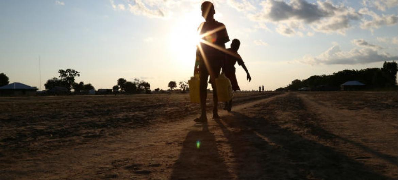 Crianças carregam água em Leer, em Unidade, no Sudão do Sul. Foto: Ocha