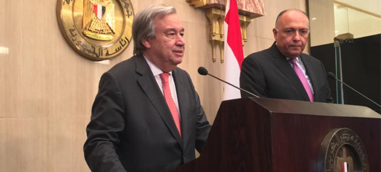 António Guterres (à esq.) durante conversa com jornalistas no Egito. Foto: ONU