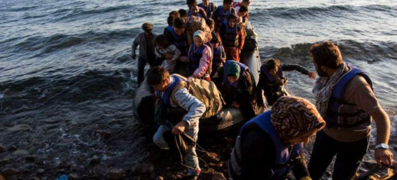 Grupo de refugiados em bote no Mar Mediterrâneo. Foto: Acnur/A. McConnell