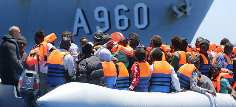 Migrantes resgatados no Mediterrâneo no canal da Sicília, Itália. Foto: IOM/Francesco Malavolta