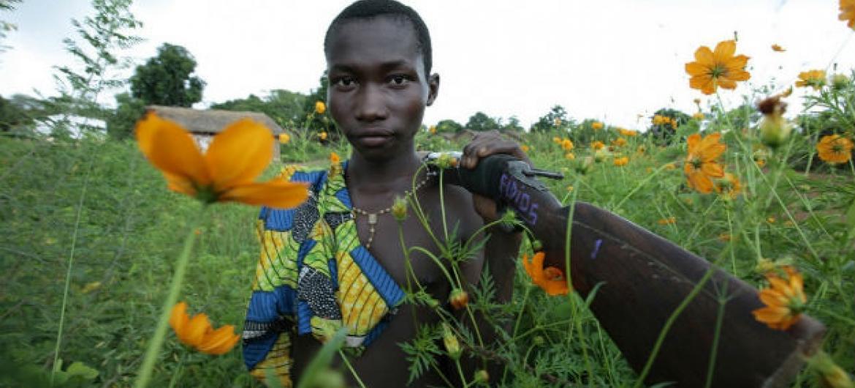 Criança carrega seu rifle no noroeste da República Centro-Africana. Foto: Unicef/ Pierre Holtz
