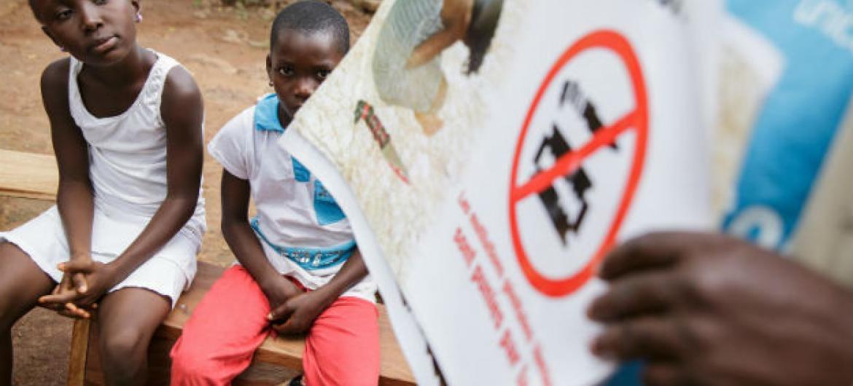 Crianças na Costa do Marfim participam em encontro comunitário organizado pela ONG OIS Afrique, parceira do Unicef. Foto: ONU