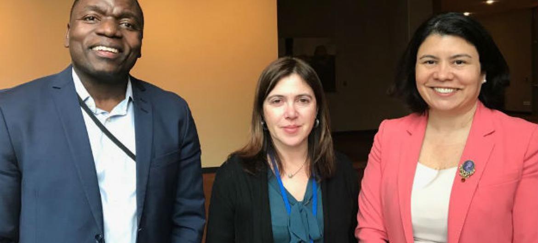 A secretária de Estado da Cidadania e da Igualdade de Portugal, Catarina Marcelino, com membros da equipa da ONU News, Monica Grayley e Eleutério Guevane. Foto: ONU News