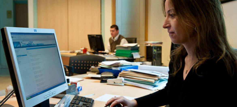 A taxa global de participação das mulheres na força de trabalho é de 48,5%.